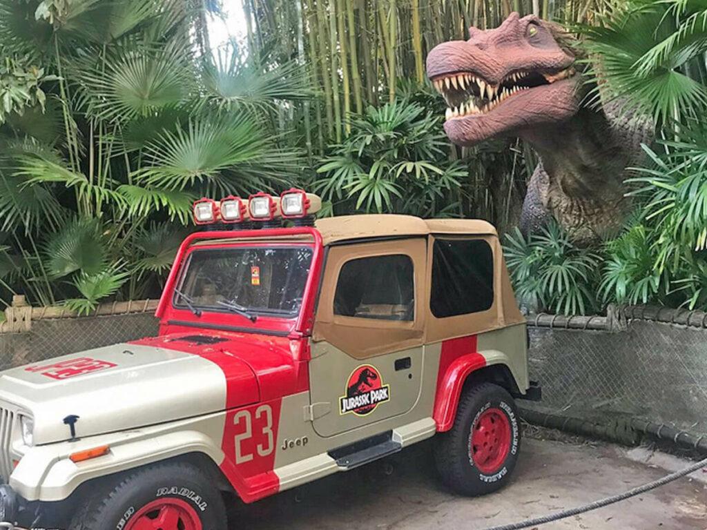 Tyrannosaurus Rex greift Jeep in den Universal Studios Florida an