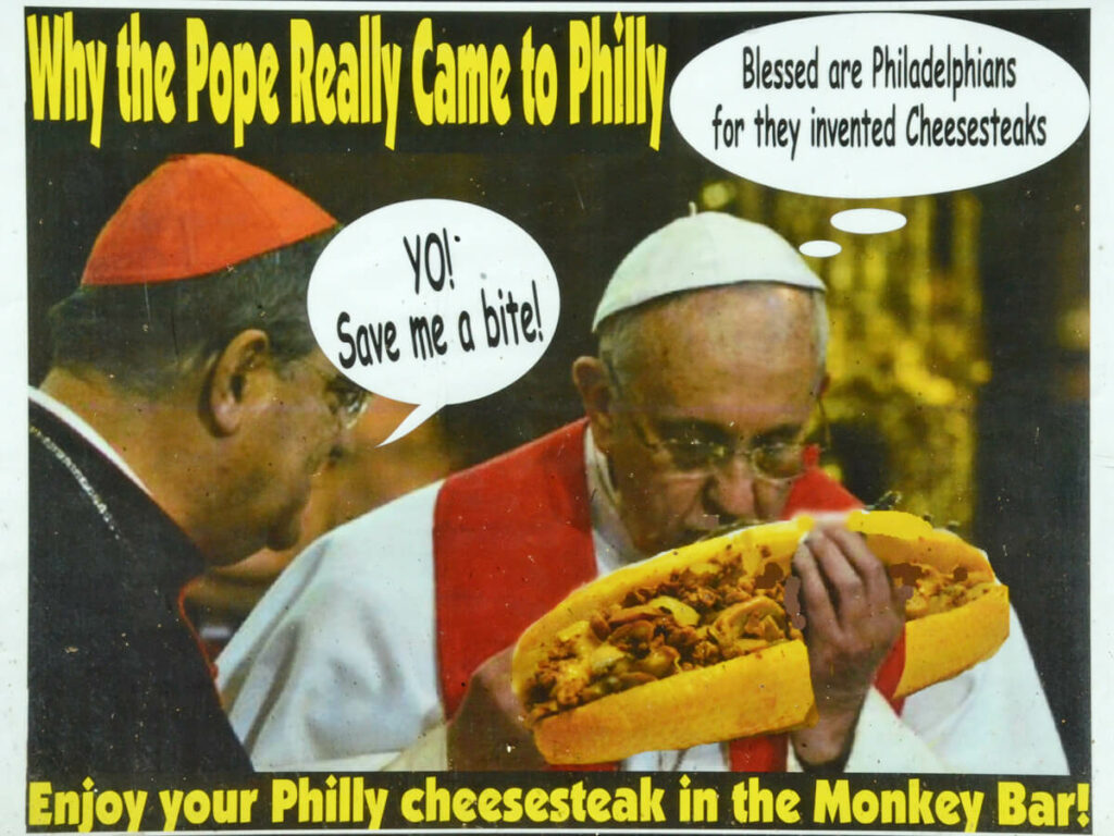 Past in Philadelphia isst ein Philly Cheese Steak