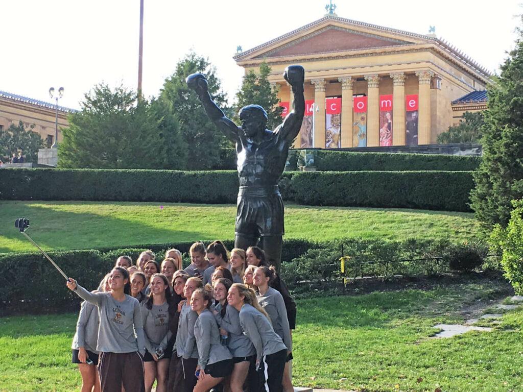 Gruppe von Mädchen vor der Rocky Statue
