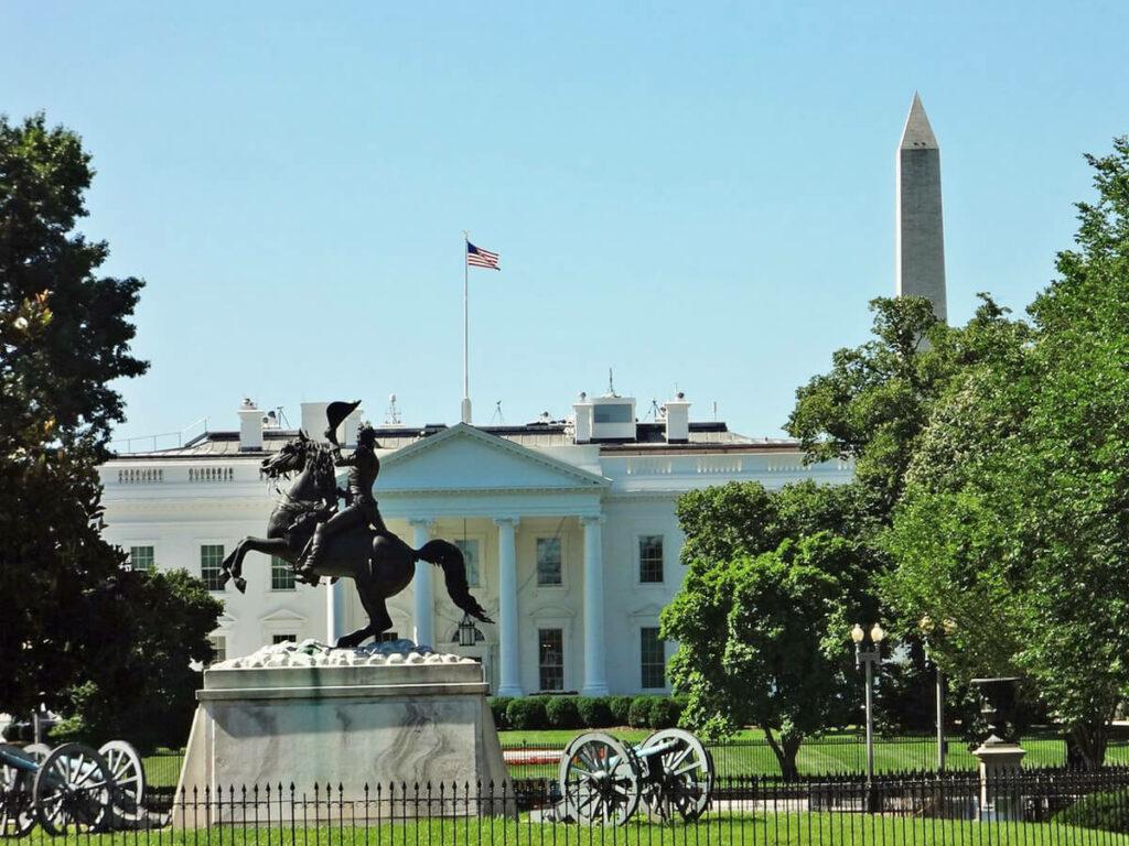 Das Weiße Haus mit dem Washington Monument im Hintergrund