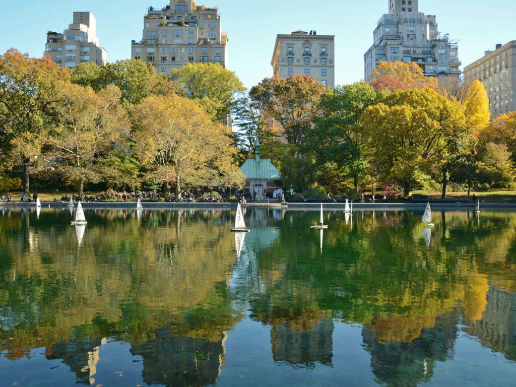 Modell Segelboote auf einem See im Central Park