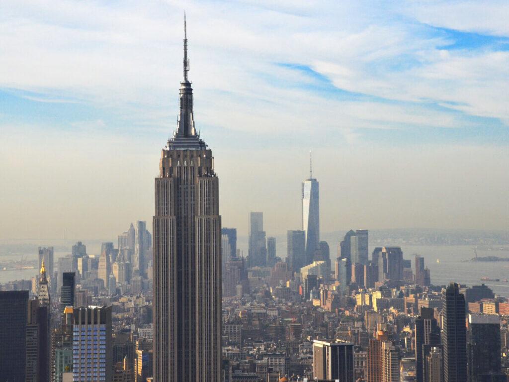 Empire State Building mit One World Trade Center im Hintergrund