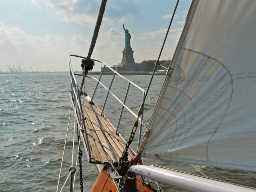 Mit dem Segelboot zur Freiheitssatue