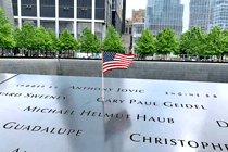 Name auf Metalplatte am Ground Zero in New York