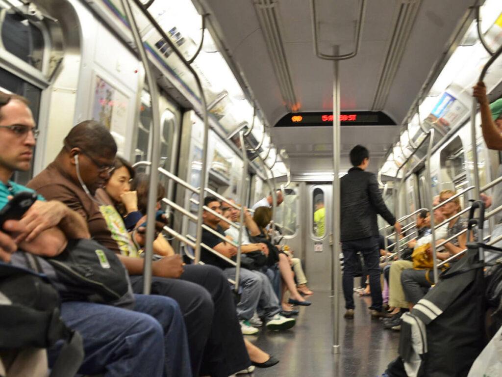 Menschen sitzen in de Metro in New York