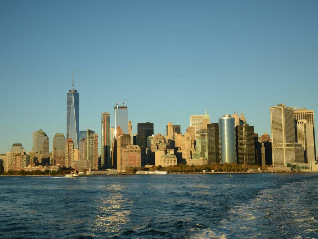 Blick von der Staten Island Ferry auf die Skyline von New York