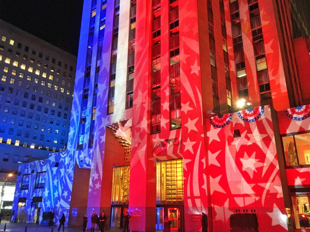 Rockefeller Center in USA Farben angestrahlt