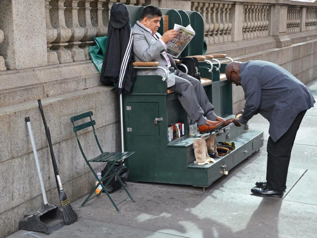 Bänker lässt sich die Schuhe putzen