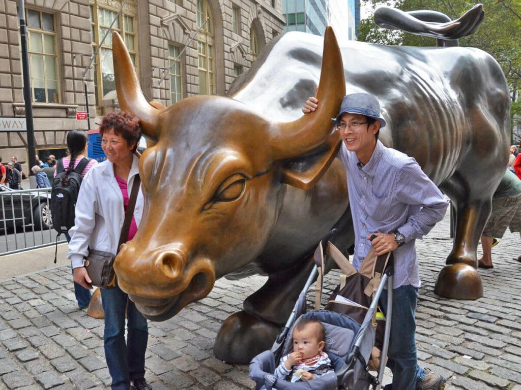 Pärchen vor dem Charging Bull