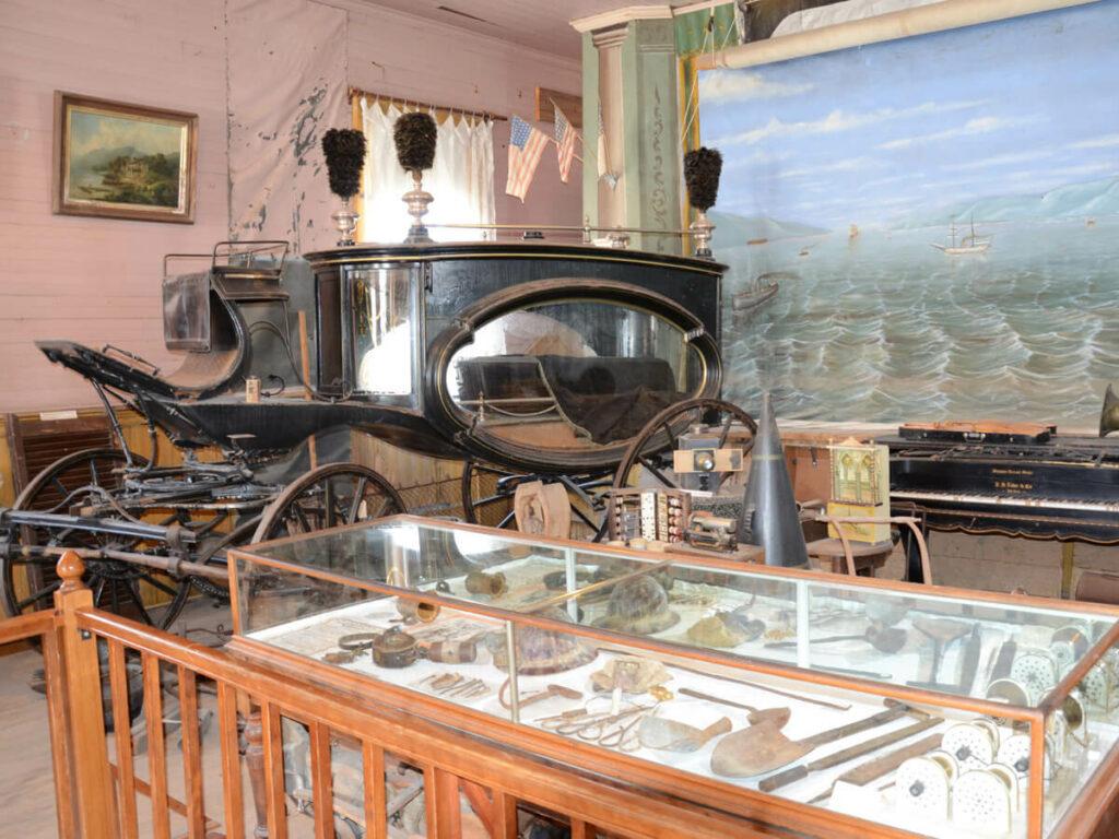 Museum mit einem Leuchen Kutsche in Bodie