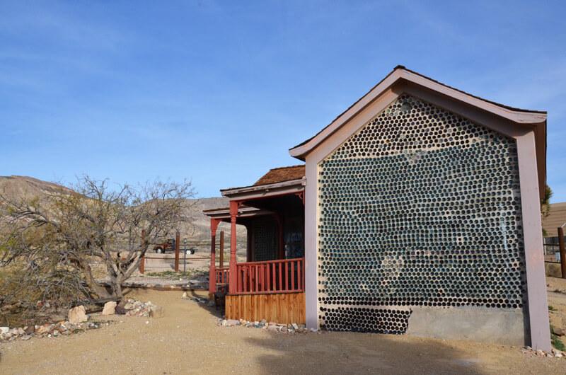 Haus aus Flaschen in der Geisterstadt im Death Valley
