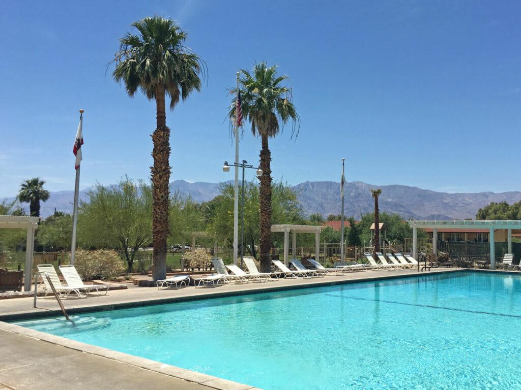 Pool mit Blick auf das Death Valley