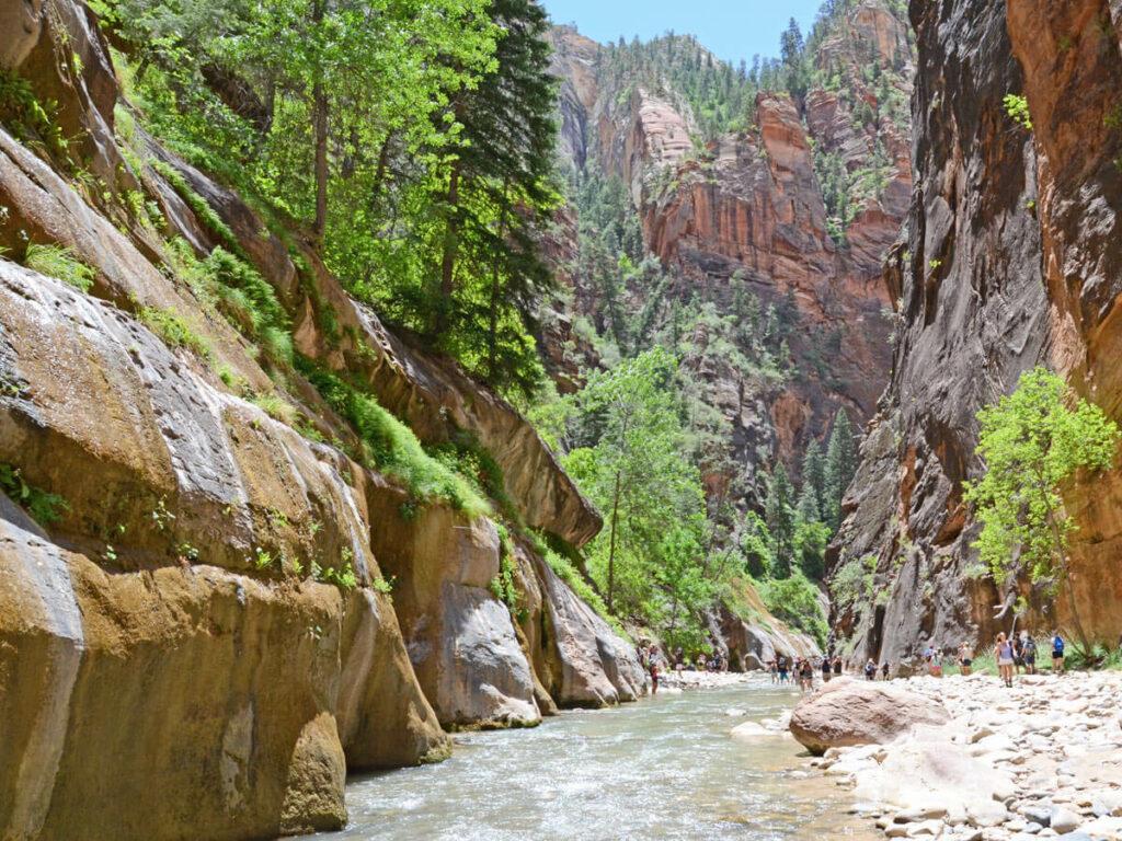 Wanderer an Flussbett in den Narrows