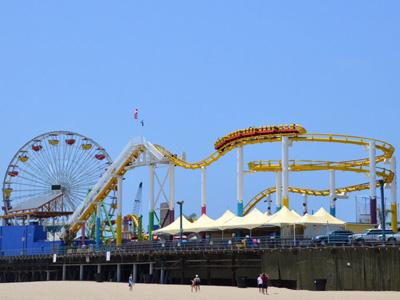 Achterbahn auf dem Santa Monica Pier in Los Angeles
