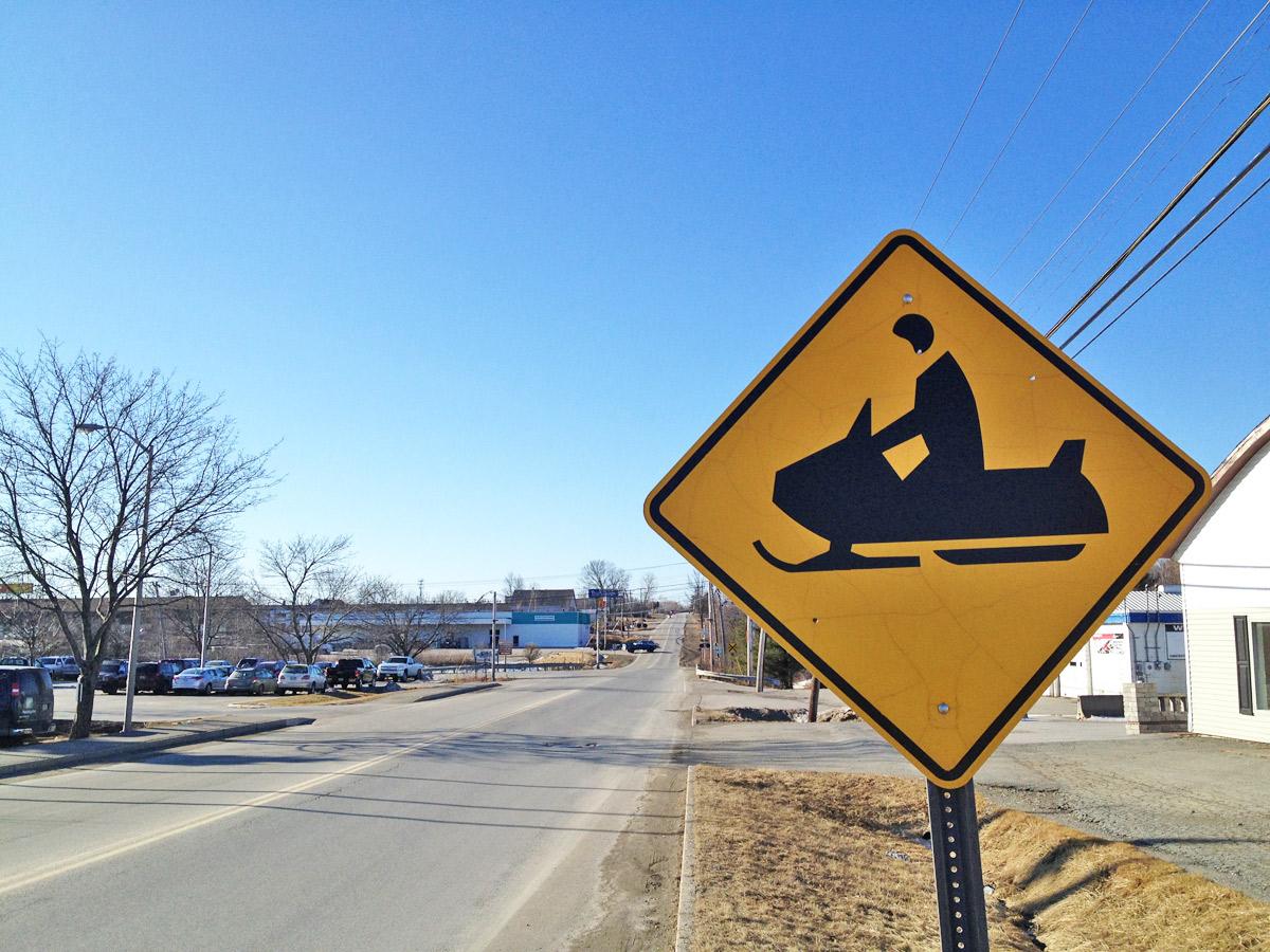 Snowmobile Hinweis Schild auf einer Neuengland Reise