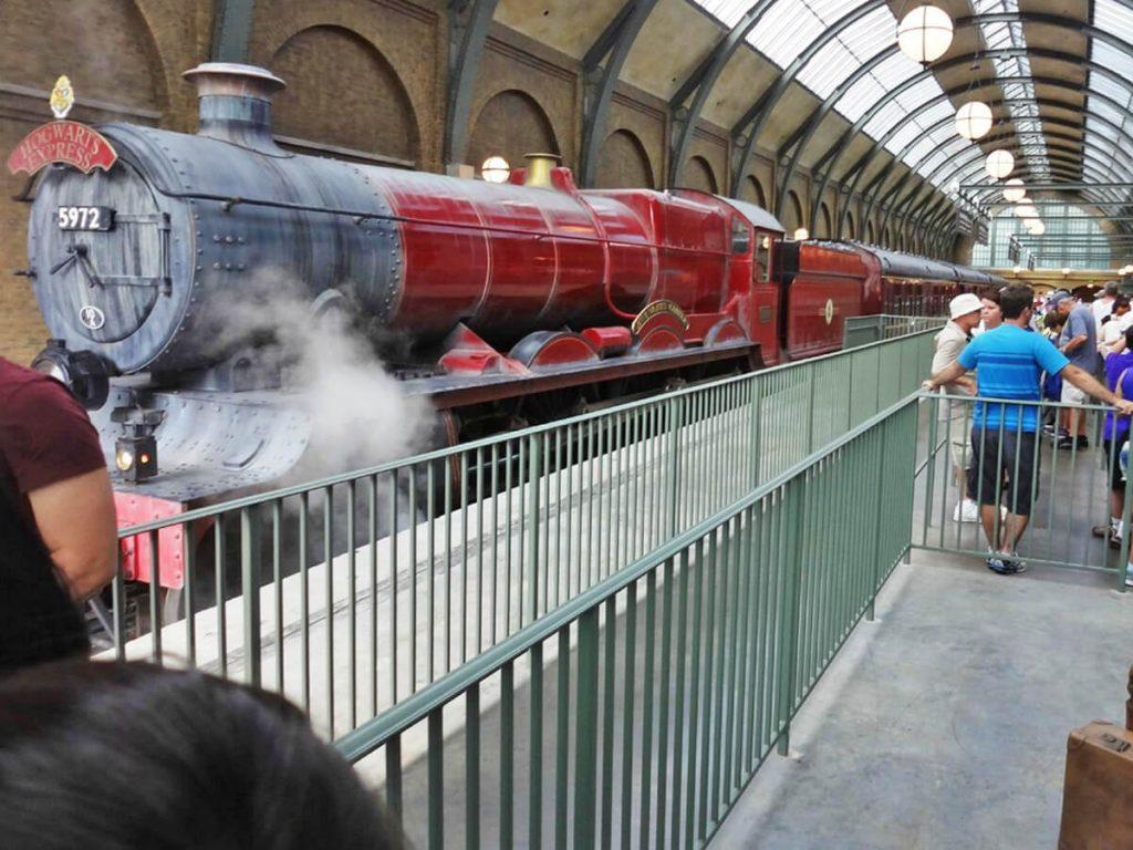 Einfahrt des Hogwarts Express in die Universal Studios Florida
